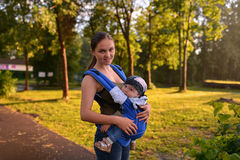 Moeder en baby die in park lopen Royalty-vrije Stock Fotografie