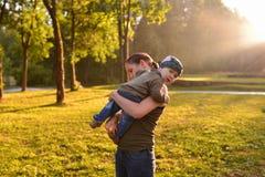 Moeder en baby die in park lopen Stock Afbeelding