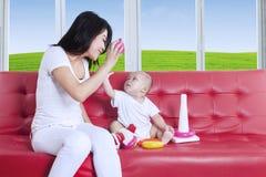 Moeder en baby die pret hebben Stock Foto
