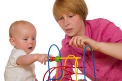 Moeder en baby die samen spelen Stock Afbeelding