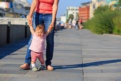 Moeder en baby die in stadspark leren te lopen Royalty-vrije Stock Foto