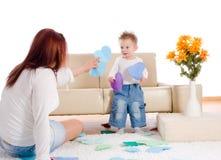 Moeder en baby die thuis spelen Stock Afbeelding