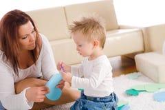 Moeder en baby die thuis spelen Royalty-vrije Stock Foto's