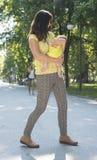 Moeder en baby in een park Royalty-vrije Stock Fotografie