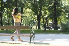 Moeder en baby in een park Royalty-vrije Stock Foto's