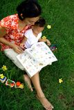 Moeder en baby in het opleiden van zitting Stock Foto