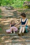 Moeder en baby in het park Stock Afbeelding