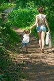 Moeder en baby in het park Stock Foto's