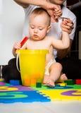 Moeder en baby - het snijden spijkers Stock Fotografie