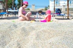 Moeder en baby het spelen in het zand Royalty-vrije Stock Foto