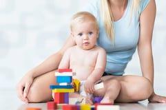 Moeder en baby het spelen met blokken Royalty-vrije Stock Fotografie
