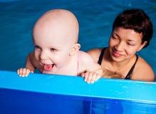 Moeder en baby het zwemmen Royalty-vrije Stock Fotografie