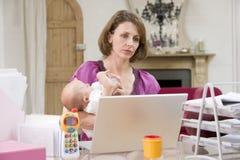 Moeder en baby in huisbureau stock foto