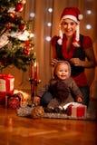 Moeder en baby in kostuum van weinig helper van de Kerstman Royalty-vrije Stock Afbeeldingen