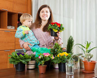 Moeder en baby met bloeiende installaties Stock Afbeelding