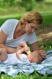 Moeder en Baby met Fles stock foto