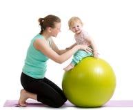 Moeder en baby met gymnastiek- bal Stock Foto