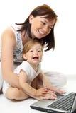 Moeder en baby met laptop Royalty-vrije Stock Afbeeldingen
