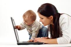 Moeder en baby met laptop Stock Afbeeldingen