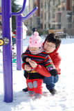 Moeder en baby om in de sneeuw te spelen Stock Foto