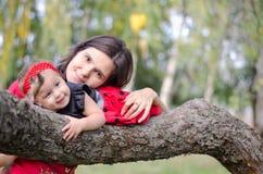 Moeder en baby op de boom Royalty-vrije Stock Fotografie
