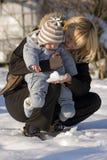 Moeder en baby op de sneeuw Royalty-vrije Stock Afbeelding