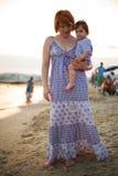Moeder en baby op strand Stock Afbeeldingen