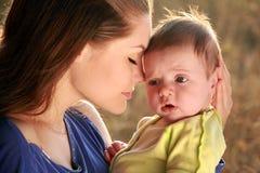 Moeder en baby op zonsondergang stock fotografie