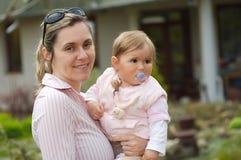 Moeder en baby openlucht Stock Foto's
