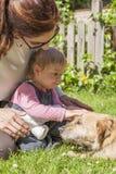 Moeder en baby petting hond Royalty-vrije Stock Fotografie
