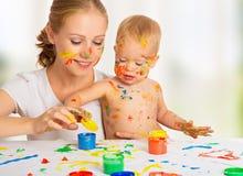 Moeder en baby vuile de handen van verfkleuren Stock Fotografie