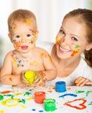 Moeder en baby vuile de handen van verfkleuren Royalty-vrije Stock Foto
