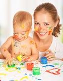 Moeder en baby vuile de handen van verfkleuren royalty-vrije stock afbeeldingen
