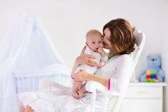 Moeder en baby in witte slaapkamer Royalty-vrije Stock Foto