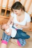 Moeder en baby in woonkamer Royalty-vrije Stock Foto's