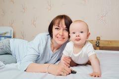 Moeder en babyclose-upportret, gelukkige gezichten, Aanbiddelijk kind, m Stock Foto