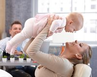 Moeder en babydochter die pret hebben stock foto