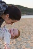 Moeder en babyinteractie Stock Foto