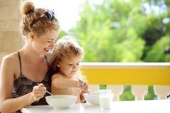 Moeder en babyjongen het eten Royalty-vrije Stock Foto