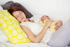 Moeder en babyjongensslaap samen royalty-vrije stock fotografie