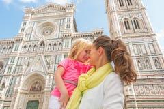 Moeder en babymeisje die in Florence koesteren Royalty-vrije Stock Foto