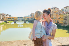 Moeder en babymeisje die op brug in Florence koesteren Royalty-vrije Stock Foto