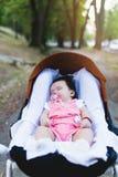 Moeder en babymeisje die in openlucht van genieten stock afbeeldingen