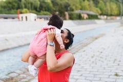 Moeder en babymeisje die in openlucht van genieten stock foto