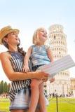 Moeder en babymeisje die in Pisa bezienswaardigheden bezoeken Royalty-vrije Stock Afbeelding