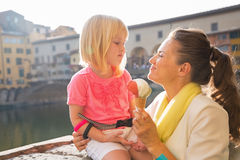 Moeder en babymeisje die roomijs in Florence eten Stock Foto's