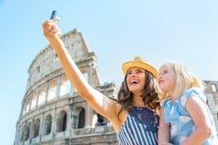 Moeder en babymeisje die selfie in Rome maken Stock Afbeelding