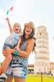 Moeder en babymeisje met Italiaanse vlag in Pisa Stock Foto's