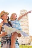 Moeder en babymeisje met kaart in Pisa Stock Foto's