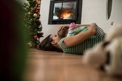 Moeder en babymeisje netto aan een Kerstboom stock fotografie